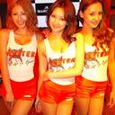 「1日フーターズ・ガール」を買って出た3人組ボーカルユニットBeeBeeってなんだ!?