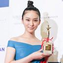 武井咲「あの現場に戻りたい」 熱愛報道の松坂桃李と日本映画批評家大賞で仲良くW受賞
