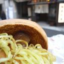 麺屋武蔵本店の前でロッテリア『麺屋武蔵ラーメンバーガー』を食べながら