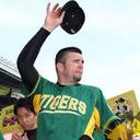 """ユニフォームが外野フェンスと同化!? プロ野球・阪神連敗ストップの意外すぎる""""味方"""""""