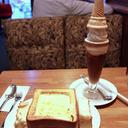 突き刺さったソフトクリームと、食べられるグラタン皿のある喫茶店