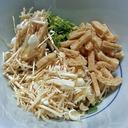 インスタント食品の必需品、フリーズドライ野菜をおなかいっぱい食べる鍋