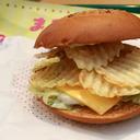 ポテチ、えびせん……見た目は単純すぎるけど 魅了される『超絶食感バーガー』って!?