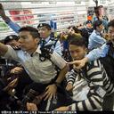 """同胞の香港もブチギレ! 中国人観光客""""イナゴ""""の大群襲来に「自分のところで税金払って買え!」"""