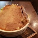 切り株入れちゃいました!?  丼にハマっちゃった巨大なチャーシュー麺