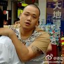 """""""制服を着たチンピラ""""小役人 vs 謎の刺青スキンヘッド男 中国最凶対決、勝負の行方は……"""