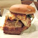 あのファストフード店がまたやりやがった! 見ている間に自然崩壊する『絶品ハンバーガー』とは