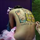 中国モーターショーから追い出された半裸美女 今度は不動産展示場で活躍中!