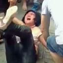 """群衆が逃げ遅れた中年女スリの服を剥ぎ、フルボッコ! """"司法不信""""の中国で犯罪者への「私刑」が横行中"""