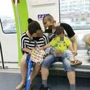 """「野グソよりマシ!?」""""公然排泄""""相次ぐ中国で、子どもにゴミ箱で大便させた両親に擁護の声"""