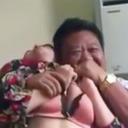 レストランで白昼堂々、女の乳をもてあそび……中国地方役人「日本AV擬似プレイ動画」が流出!
