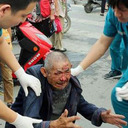 """おじいちゃんを助けたはずが、犯人に!? 中国""""善意の人助け""""にはスマホが必需品?"""