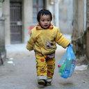 手術費捻出のため、重い心臓病を患う2歳児が自ら空き缶拾い……中国医療保健制度の闇