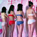 女性の下着を次々と……中国で「片手ブラホック外し競争」開催、ギネス記録を目指す!?