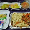 """ごみ山を漁って一儲け!? 中国で廃棄された機内食を""""リサイクル""""販売!"""