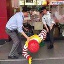 「俺は無実だ」!? 中国マクドナルドでドナルド像が強制連行された珍事の一部始終