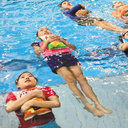 救命胴衣の代わりに、ポテチの袋を使って……? 韓国・小学校の斬新な水泳授業に失笑の嵐
