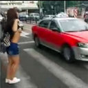 おっぱい出して「ヘイ、タクシー!」 慢性的タクシー不足の中国で究極の荒ワザ登場!