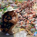 """中国のゴミ捨て場は宝の山!? 企業が廃棄した期限切れ食品が、翌朝には市場で""""新品同然""""に!"""