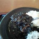 「おばちゃん、ルゥ忘れてるよ!」って言いそうな黒いお盆と黒い皿に載った見えない『ブラックカレーライス』