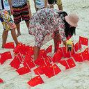 「世界は我らのものだ!?」中国人観光客がタイのビーチを五星紅旗で埋め尽くす