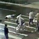 衝撃映像! 公衆の面前で車にはねられるも放置された女性、再びひかれて死亡……