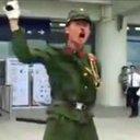 日本の軍服を着た中国人ユーチューバー 怒れる群衆に袋叩きされた上、「公共の秩序」乱した罪で逮捕