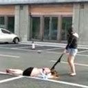 見物人は知らん顔!? 公然キャットファイトに敗れた女性、半裸のまま現場に放置される