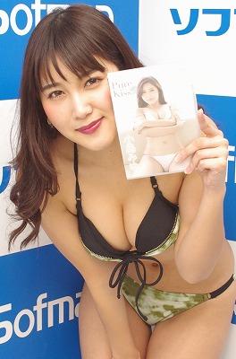 """グラビアアイドル小島みゆ、懸命に""""妹感""""をアピール!?「変形水着が好きなので……」"""