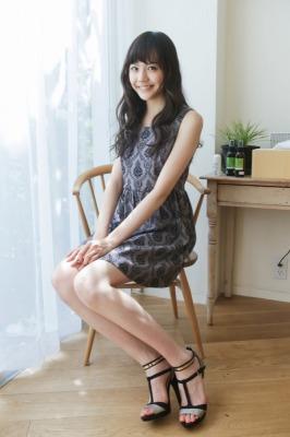 椅子に座る松井愛莉
