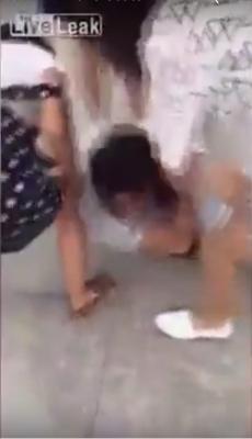 中国・夫の不倫相手に妻が報復! 路上で服を引き裂き「おっぱい丸出し刑」にの画像2