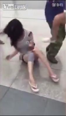 中国・夫の不倫相手に妻が報復! 路上で服を引き裂き「おっぱい丸出し刑」にの画像4