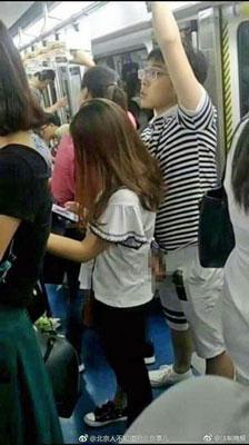 女性客のお尻にイチモツを擦りつけ、堂々オナニー? 中国の地下鉄が無法地帯にの画像1