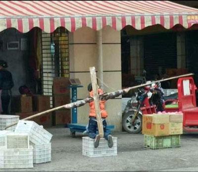 我が子を十字架刑や水責めに…… 中国で狂育ママ・パパが暴走中!の画像1