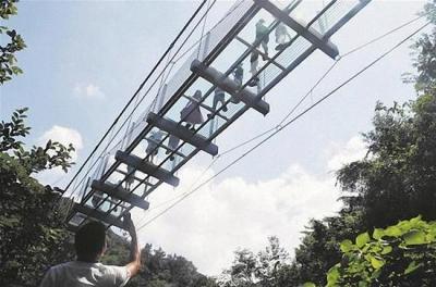 スカートの中がのぞき放題! 中国の観光地で続々オープンの「ガラスの橋」が盗撮の名所にの画像2