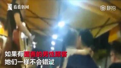 少女が男性客に抱きつき、ほっぺにチュー! 夜市で過熱する「花売り商戦」の画像2
