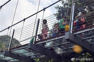 スカートの中がのぞき放題! 中国の観光地で続々オープンの「ガラスの橋」が盗撮の名所にの画像1