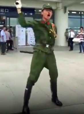 日本の軍服を着た中国人ユーチューバー 怒れる群衆に袋叩きされた上、逮捕の画像1