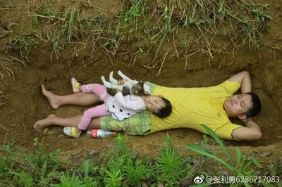 「埋葬される時に怖くないように……」余命わずかの2歳児を墓場で遊ばせる両親に、ネット民が救いの手の画像1