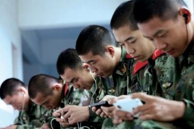 スマホゲームに熱中しすぎて警報音に気づかず……世界最強うたう中国人民解放軍が崩壊間近!?の画像1