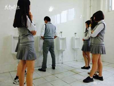男子トイレに侵入し、ミニスカで立ちション! 女子大生の悪ふざけ卒業写真に批判集まるの画像2