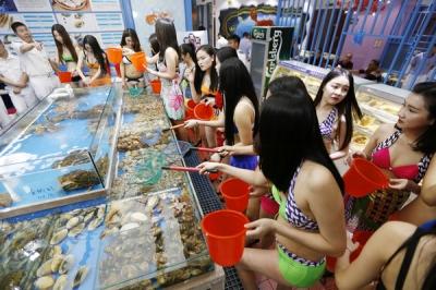 美女が服を脱ぎ捨て、ロブスターに殺到!? ビキニ客優遇の海鮮レストランが人気の画像2