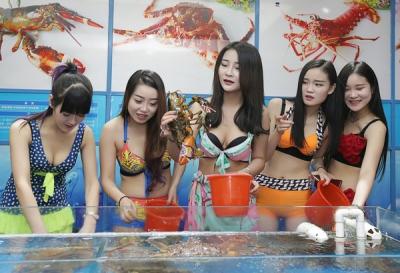 美女が服を脱ぎ捨て、ロブスターに殺到!? ビキニ客優遇の海鮮レストランが人気の画像3