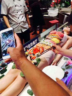 「女体盛り」海鮮レストランでご乱行! 客がお箸で女性器をつまみ……の画像1