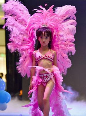 最年少は4歳! 際どいハイレグも着こなす「女児下着ショー」に非難殺到の画像1