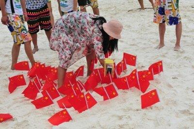 「世界は我らのものだ!?」中国人観光客がタイのビーチを五星紅旗で埋め尽くすの画像1