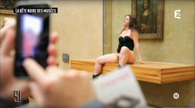 「私のオマ●コ!」お騒がせ女性アーティストが、名画モナ・リザの前でヴァギナをご開帳の画像1