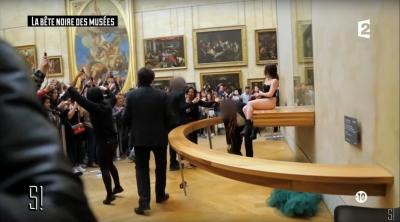 「私のオマ●コ!」お騒がせ女性アーティストが、名画モナ・リザの前でヴァギナをご開帳の画像2