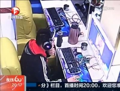 ネットカフェでAV見てたら発情! 辛抱タマらず、女性店員に顔射未遂の画像1