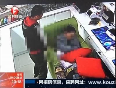 ネットカフェでAV見てたら発情! 辛抱タマらず、女性店員に顔射未遂の画像3
